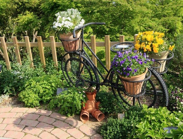 jardin d\'ornement artisanal avec allée en pavés et vélo orné ...