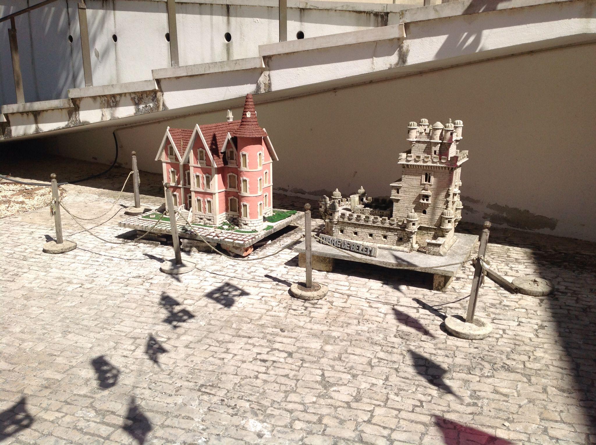 Edifício cor de rosa réplica da Câmara  de Alcobaça e réplica da Torre de Belém.