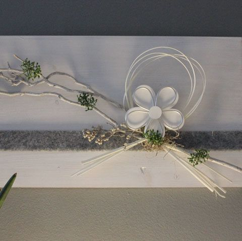 Cute WD Fr hlingshafte Wanddeko Holzbrett wei gebeizt dekoriert mit nat rlichen Materialien Filzband