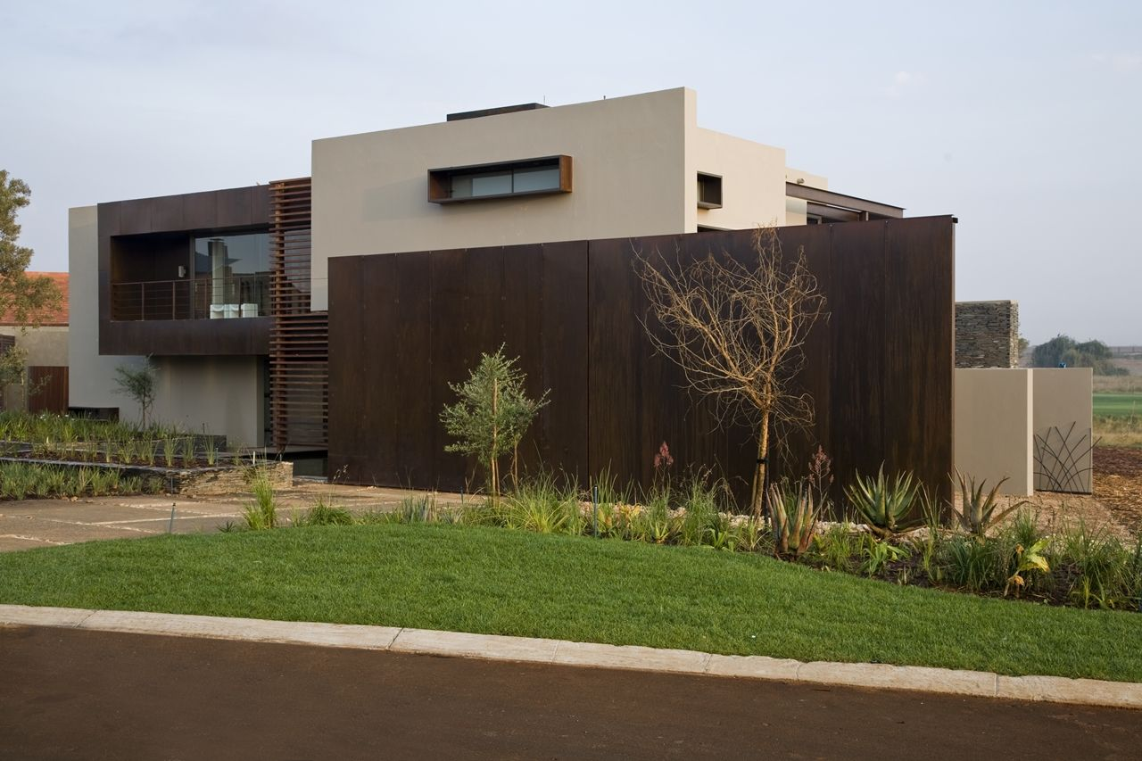 Serengeti House is one of them, showing how luxury mansions of South Africa can be.