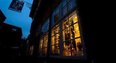 Heimelig und gemütlich: In Mölln ist Weihnachtsmarkt  Beleuchtung im Eulenspiegelmuseum © Jochen Buchholz