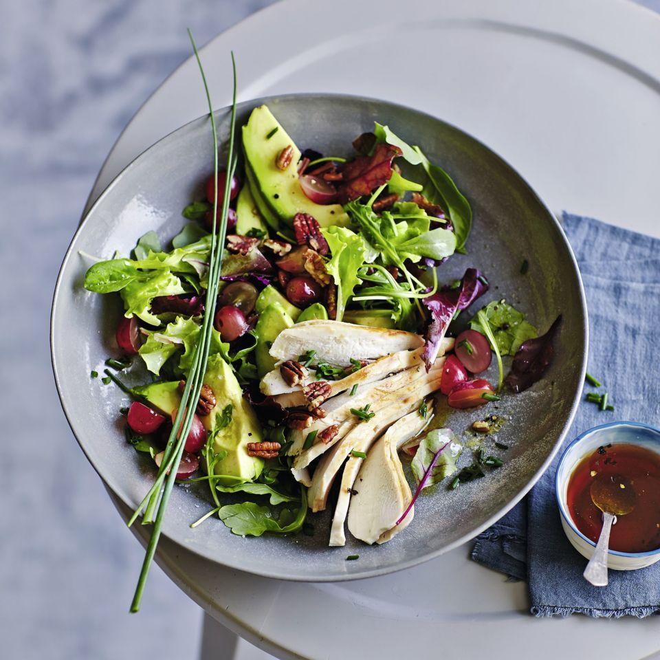 Blattsalate mit Hähnchenfilet, Avocado, Trauben und Pecannuss ...