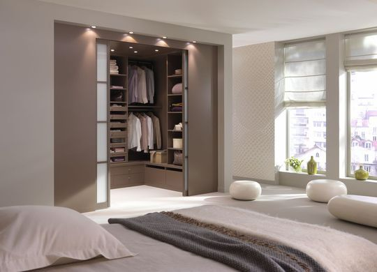 une chambre avec une salle de bain ou un dressing. Black Bedroom Furniture Sets. Home Design Ideas