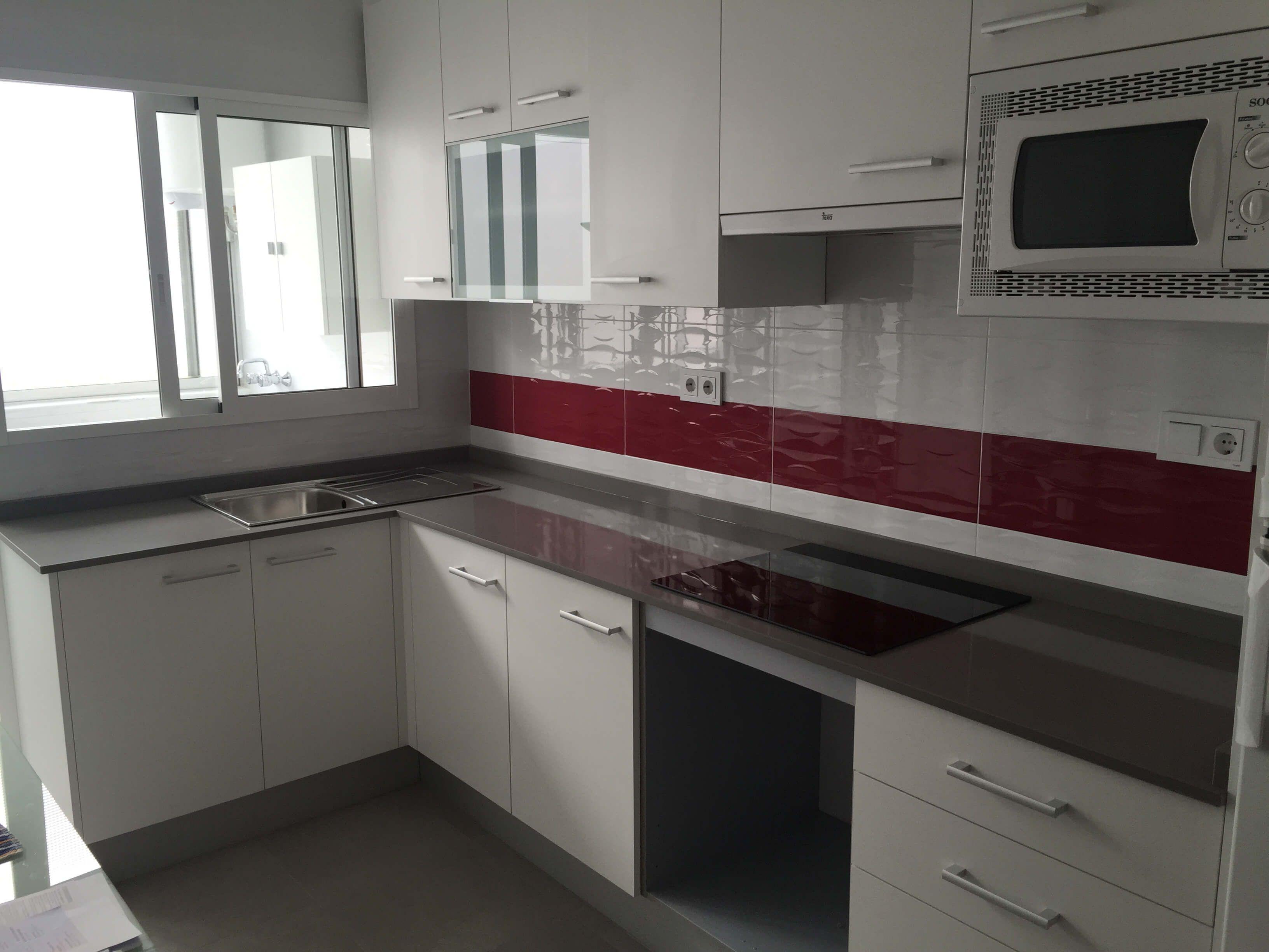 Cocina gris y roja ms en cocinas with cocina gris y roja - Salpicadero cocina ikea ...