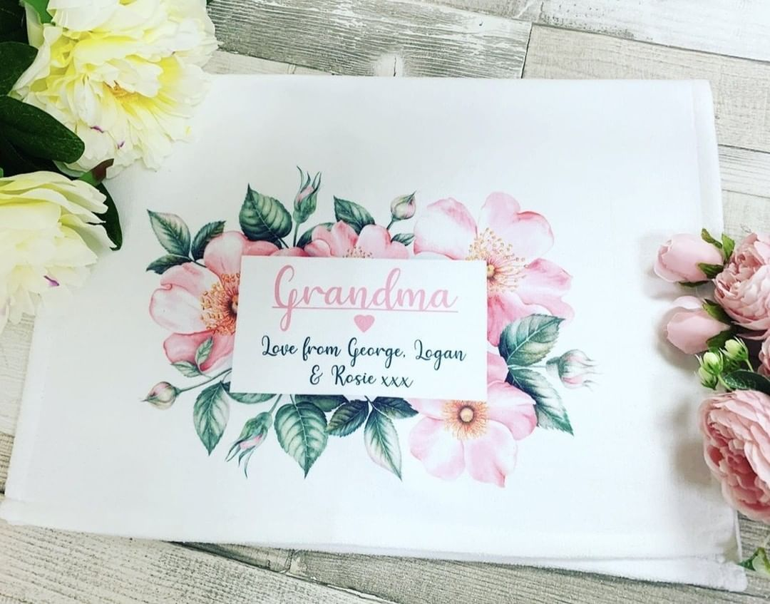 😍 Personalised Tea Towel Pink floral 😍 How amazing would this be for your home? or maybe a gift for some one special? dont forget you can post things right to your loved ones too..  Shop Now 👉👉 Link in the bio!   #supportingsmall #homedecor #homeinterior #interior123 #homeaccounts #hinching #hinch #hincharmy #homestyle #candles #accessories #homeaccessories #rainbows #supporting #support #housedecoration #homeinspo #greyhome #whitehome #interior4you1 #myhomevibe #myhometrend #housetoho