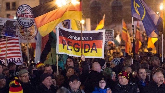 Teilnehmer haben sich am 14.12.2015 auf dem Theaterplatz in Dresden während einer Kundgebung des Bündnisses Pegida versammelt.