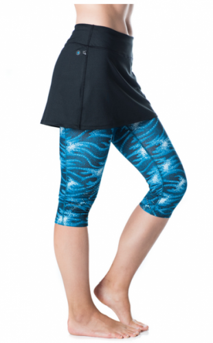 Lotta Breeze Capri Skirt er løpeskjørtet for deg som ønsker capri under i steden for shorts. Laget i luftig mesh - uten å være gjennomsiktig, med tights som rekker til rett under knærne. Passer både på treningssenteret, på tennisbanen, på løpeturen og på fritiden.- Capritights i mesh og med delvis kompresjon, som ikke sklir. Innerbenslengde 44,5 cm - rekker rett nedenfor kneet.- Meshstoffet er ikke gjennomsiktig- Bredt bånd i livet som holder inn magen og virker slankende...