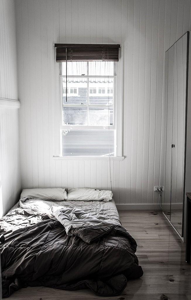 sein schlafzimmer, hat im grunde nur das minimalste, n schrank und
