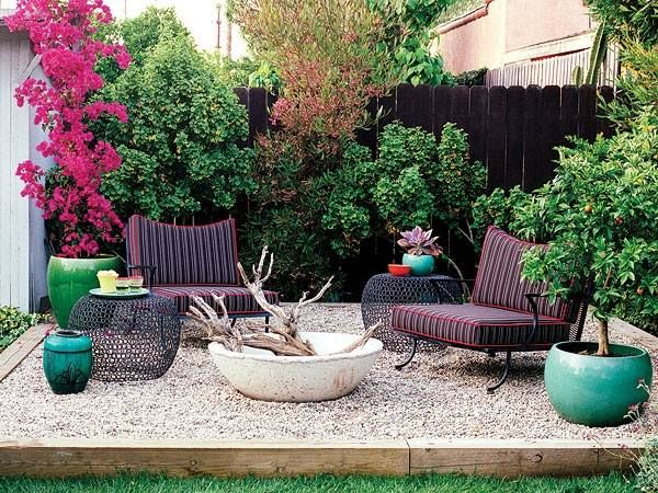 Pea gravel patio ideas small patio design ideas firepit for Small backyard privacy ideas