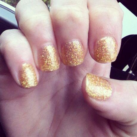 Shellac gold New Years nails