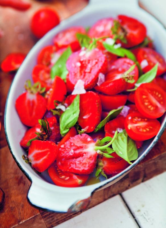 """Fruchtiger Salat mit Tomaten und Erdbeeren ©Lisa Lemke: """"Mein Grillvergnügen"""