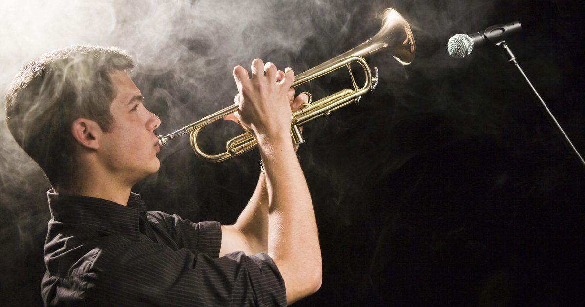 Cómo hacer una trompeta con válvulas de tubería. Una trompeta es uno de los instrumentos musicales más viejos, que data del año 1500 a.C. La trompeta se toca soplando aire a través de los labios para producir un sonido de zumbido y generalmente se construyen con tubos de plata doblados dos veces en una forma redondeada. La reproducción moderna la puedes crear con materiales sintéticos, ...