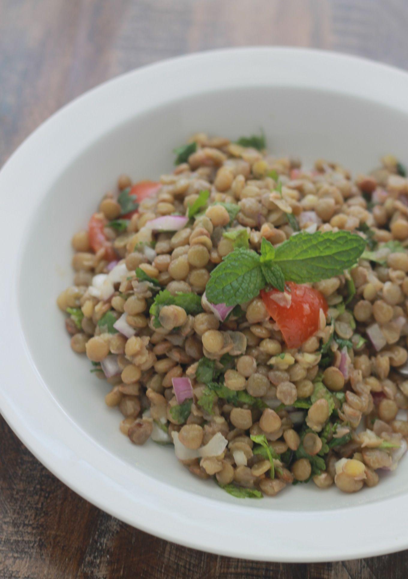 Salade de lentilles marocaine parfumée au cumin : lentilles, tomate, oignon, coriandre, menthe, vinaigrette à l'huile d'olive, jus de citron, ail, cumin. / végétarien / végétalien / cuisineculinaire.com