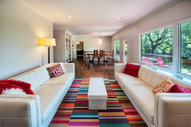 modern living room by Watermark & Company Ein schmaler langer Raum ...