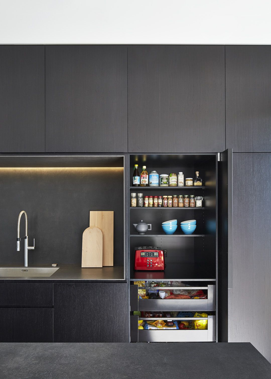 pantry light in the back wall kitchenns in 2019 k che moderne k che k chen ideen. Black Bedroom Furniture Sets. Home Design Ideas
