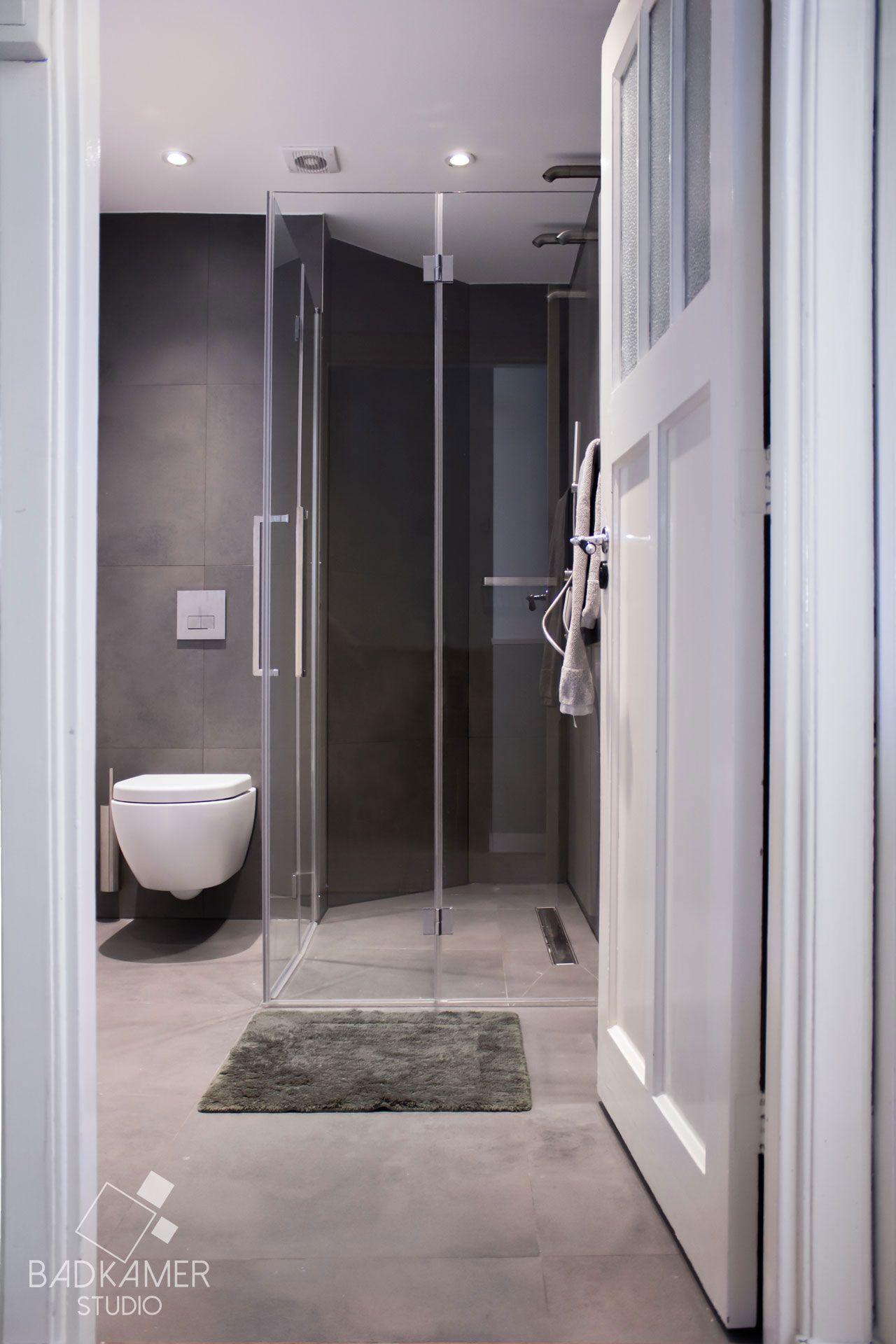 moderne badkamer in den haag met medium grijze betonlook tegels