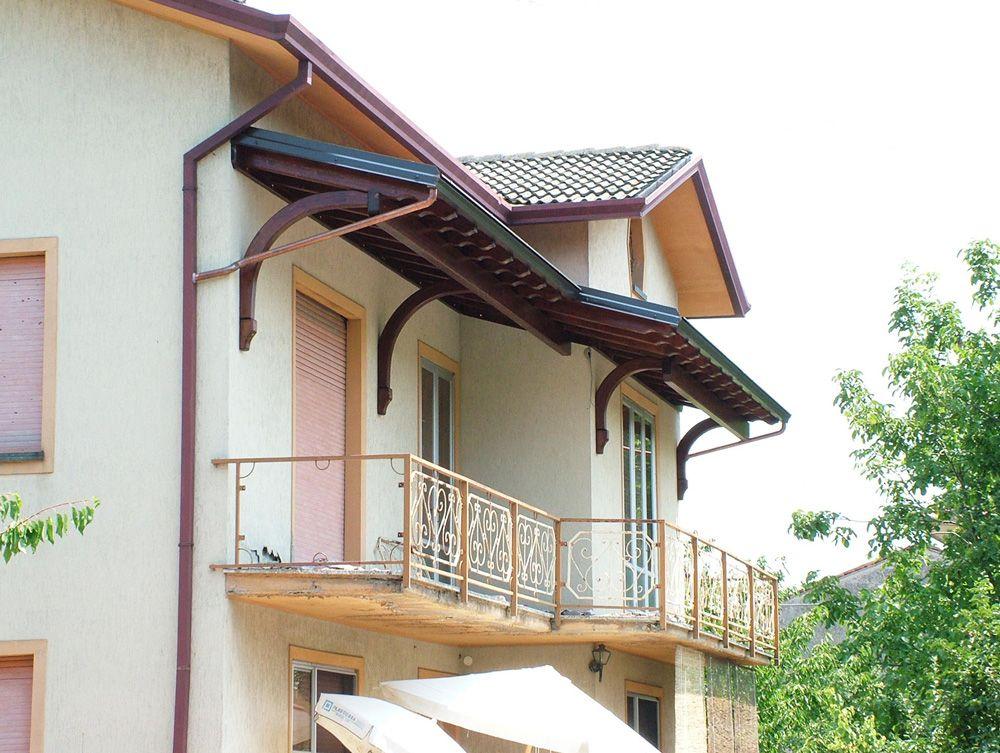 Copri balcone ad una falda, montati al primo piano, linea