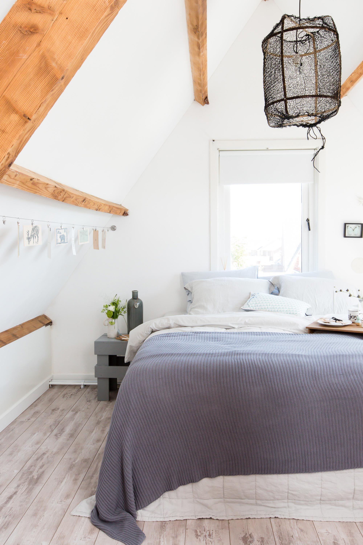Durch die weiße Wandfarbe wird das Zimmer hell & durch die ...