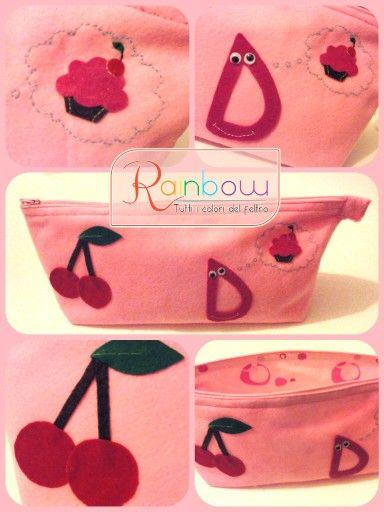 Pochette in pannolenci rosa con cerniera e decorazioni hand-made.   ©Rainbow: tutti i colori del Feltro  Data di creazione: 02.12.2014