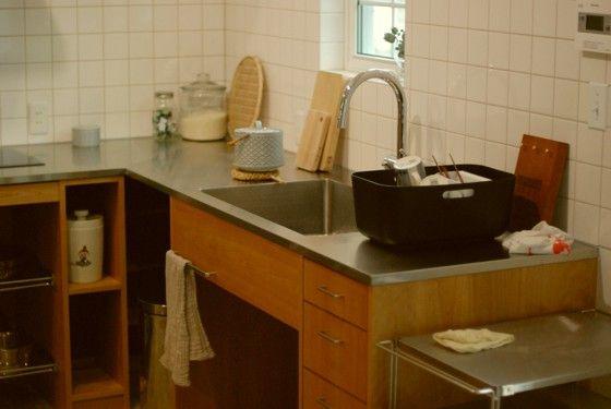 アルダーとステンレスのl型キッチンとアイランドカウンター オーダー