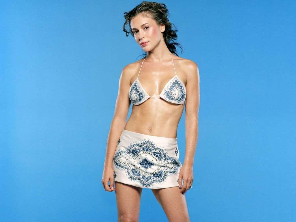 Alyssa Milano Wants To Know Who Stole Her Towel Alyssa Milano
