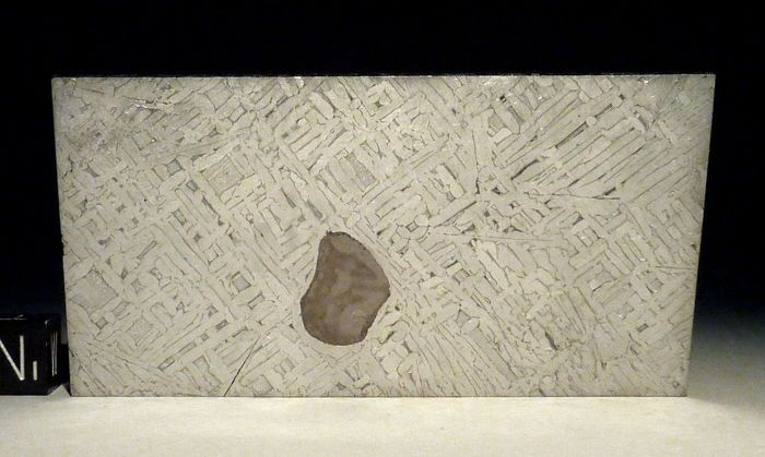 Meteoriet Cape York - geëtste segment met Pyrrhotiet integratie - 82 x 43 x 2 mm - 55.8 gm  mooi stukje van de Cape York-ijzer-meteoriet.Zes missen van de Cape York meteoriet geweest tot nu toe ontdekte op de afstandsbediening en onbegaanbaar kust van Noord-West Groenland.Met een totale massa van 58 ton. Dit stukje is van de massa genaamd Agpalilik. Het is een 20 ton massa die werd ontdekt in 1963 en werd gebracht naar Kopenhagen / Denemarken. Het duurde bijna 200 uur te snijden een…
