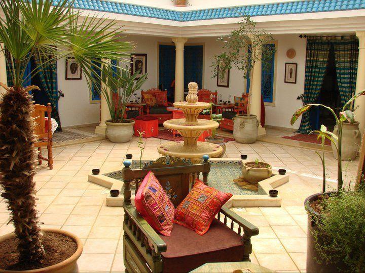 Villa Zembra (El Haouaria) Cette maison, perchée à flanc de colline dans la petite ville de pêcheurs d'El Haouaria, doit son nom à sa vue sur les îles Zembra et Zembretta. Une fontaine typique de Nabeul trône au milieu du patio, transformé en lieu de vie coloré, végétal et confortable. Site: villa-zembra.com