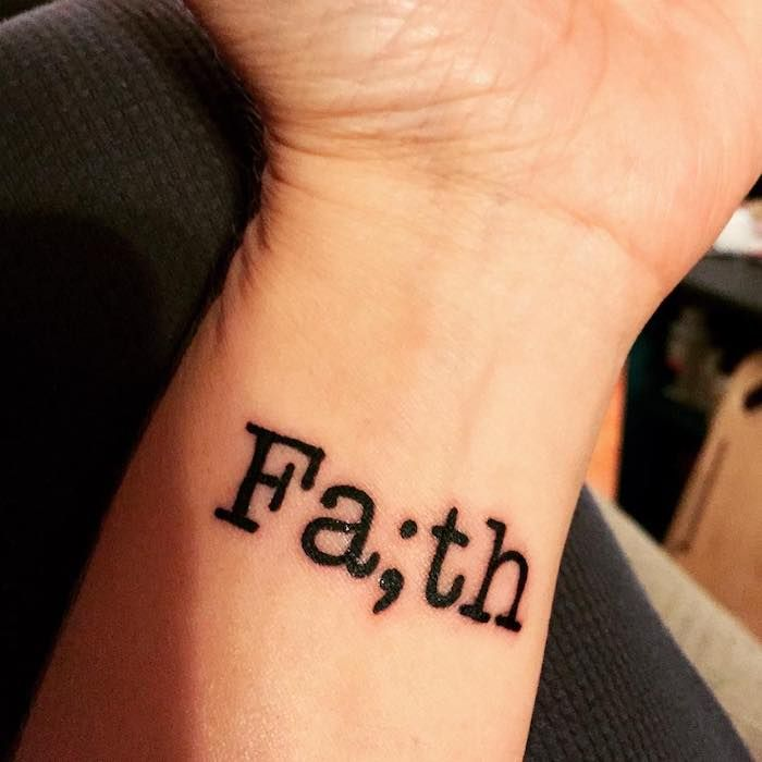 hier ist eine idee für einen winzigen schwarten tattoo auf der hand   idee zum thema tattoo schriften handgelenk