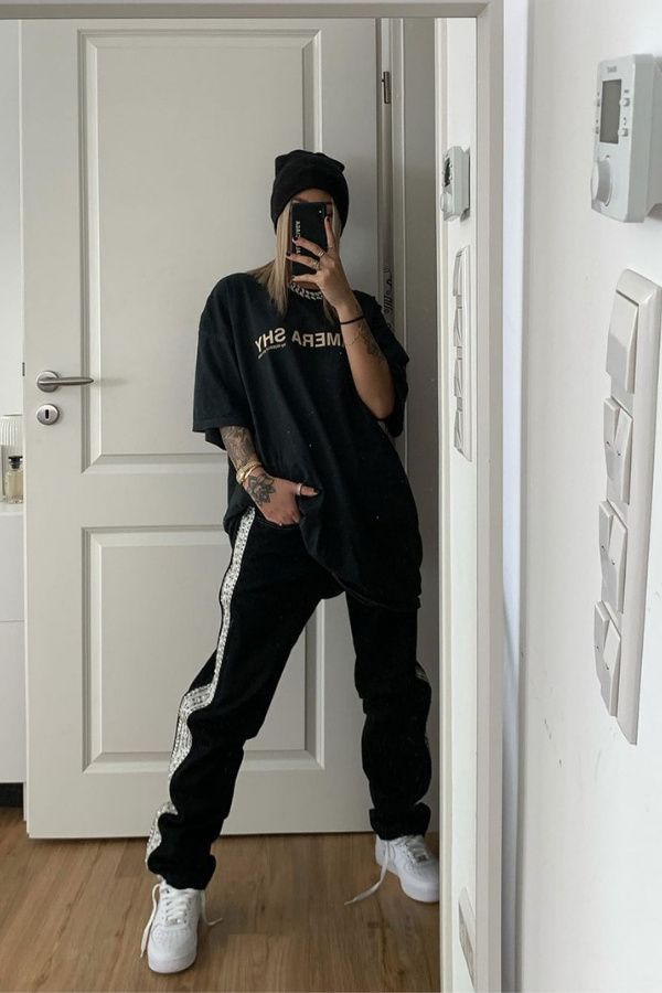 Image ©blvckd0pe | Looking for some ideas for what to wear with sweatpants? Sweatpants style may be perfect to create some cute lazy outfits, but also some cute and stylish outfits. With some help, you'll know how to style your sweatpants, and how to dress them up turning your baggy sweatpants into a cute outfit.