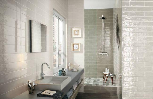 Hochglanz Fliesen Klaines Badezimmer Begehbare Dusche Waschtisch Regale