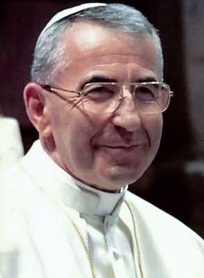 263.- Juan Pablo I (1978)  Albino Luciani. Nació en Forno di Canale (Belluno). Elegido el 26-VIII-1978, murió el 28.IX-1978. Fue el primer Papa de imponerse un doble nombre. No quiso la ceremonia de la coronación. Reinó 33 días: murió de infarto. Se le llamó el Papa de la sonrisa.Actualmente se encuentra en proceso de beatificación