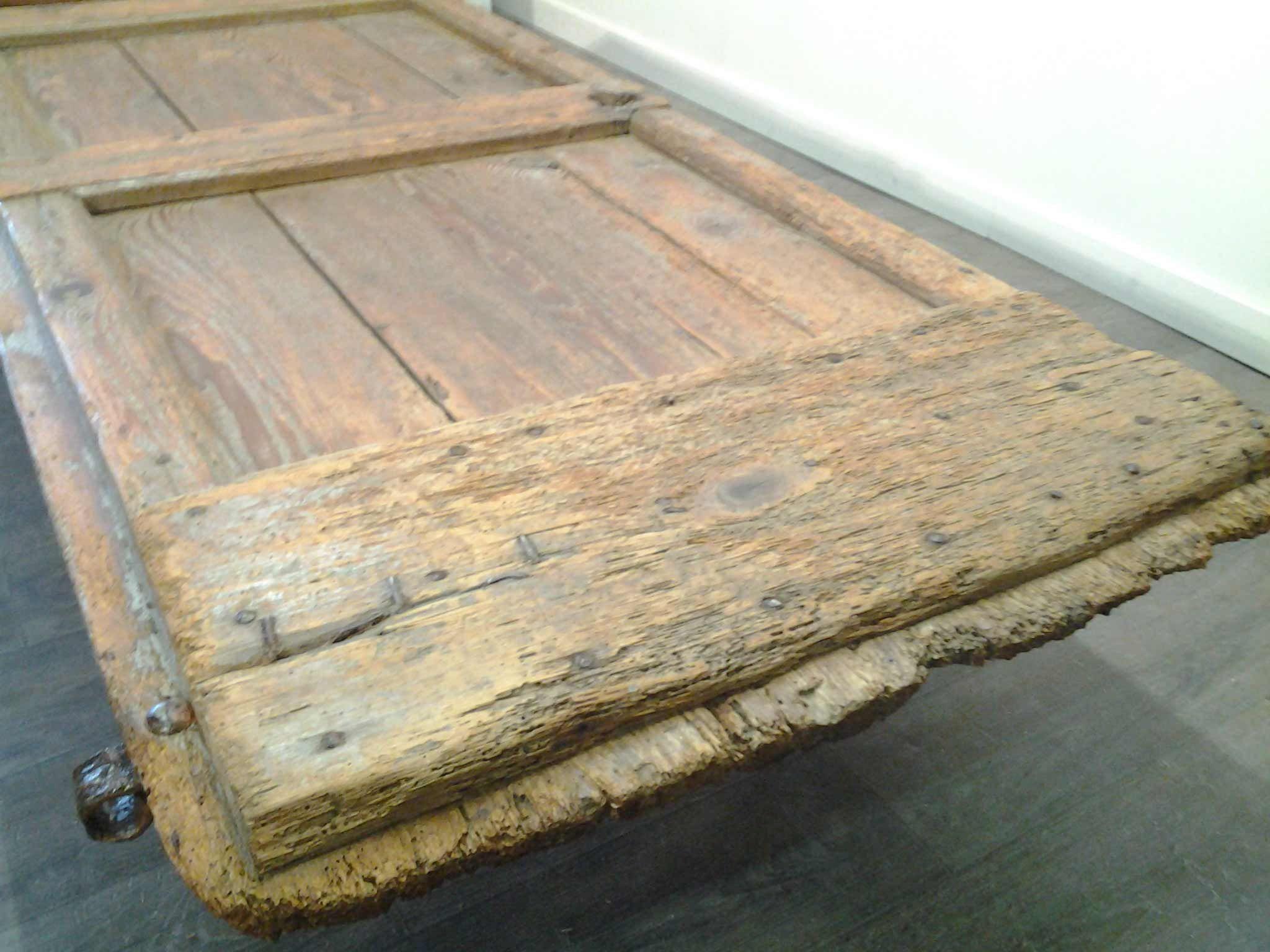 Table basse porte ancienne mobilier d coration bois brut - Proteger une table en bois brut ...