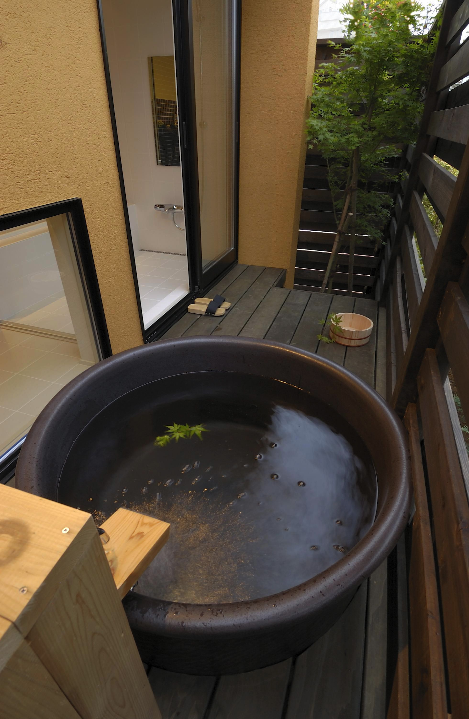 Small open-air bath/spa (露天風呂) | 住宅 | Pinterest | Spa, Bath ...