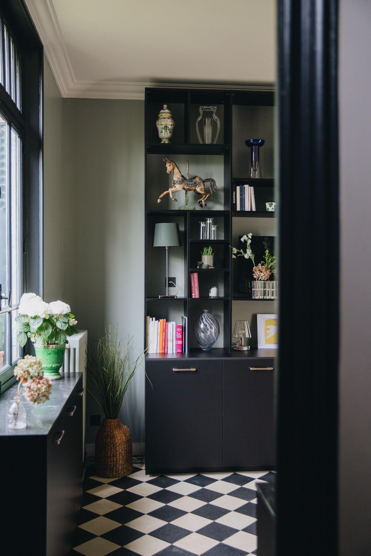 Une Bibliotheque Dans Une Cuisine Entierement Renovee Carreaux De Ciment Marbre Noir Et Bois Brut Vienne Rangement Salon Decoration Maison Bibliotheque Noire