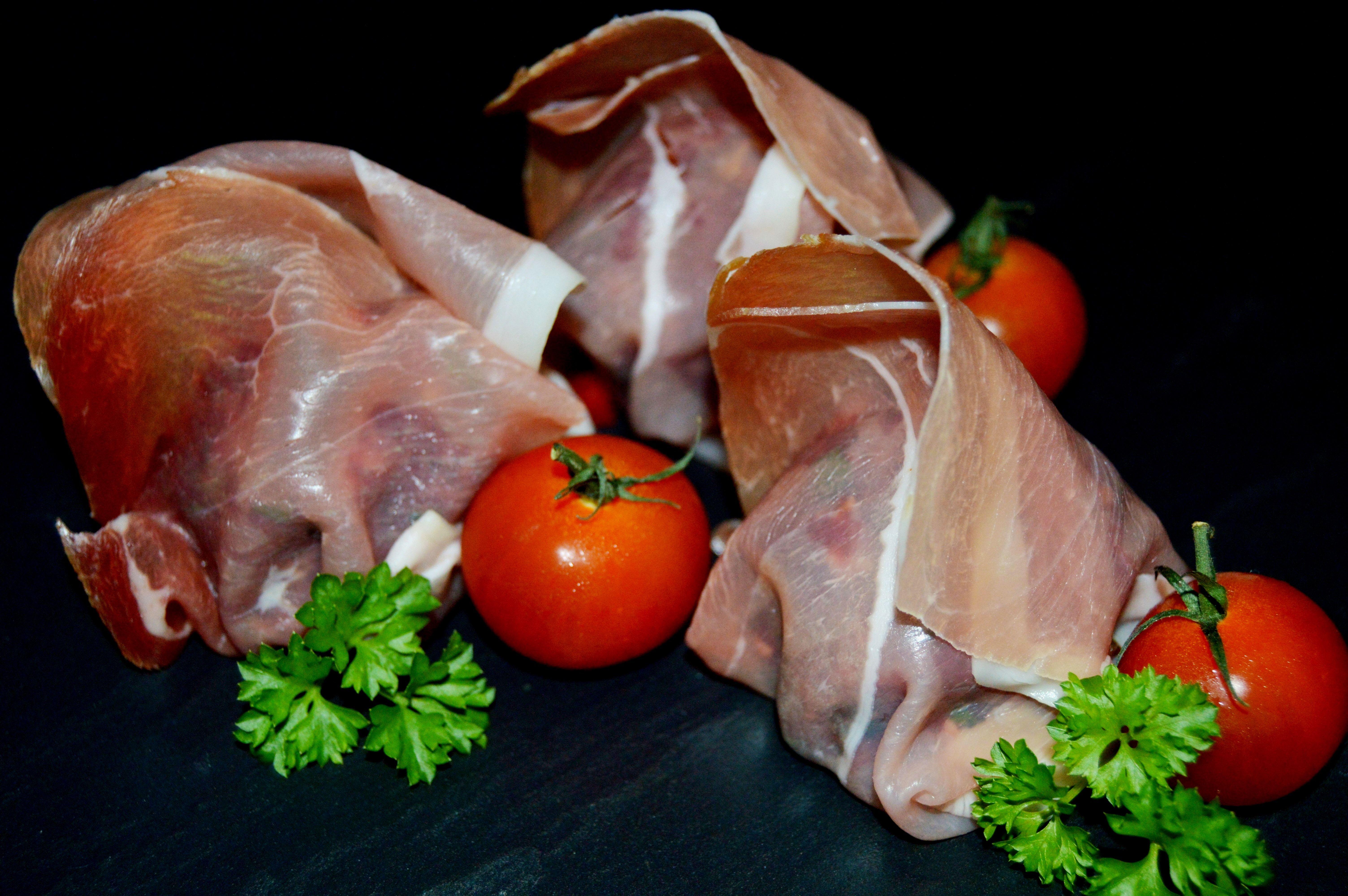 Farserede rosenkål med hakket dansk bisonkød og svøbt i parmaskinke - klar til at komme i ovnen
