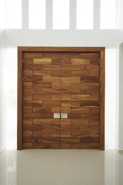 Puerta principal en madera de parota dise o de agarde for Diseno de puertas de madera