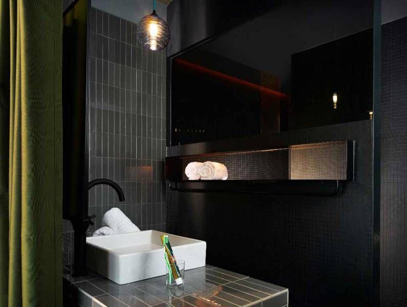 Berlin Hotel Design Luxurioses Badezimmer Mit Schwarzen Fliesen