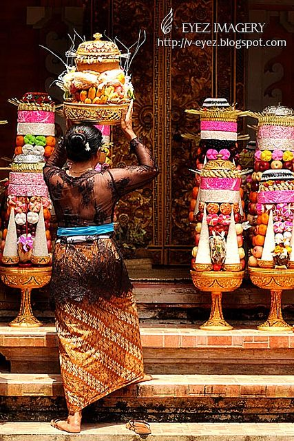 The Balinese are able to make incredible offerings which they can even balance on their heads. #offerings #bali #religions