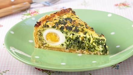 Spinatquiche - herzhafte Ostertorte | Ein Quicheklassiker: Die Spinatquiche wird mit eingebackenen Eiern zur herzhaften Ostertorte. Ein köstliches Backrezept - nicht nur zum Osterfest.