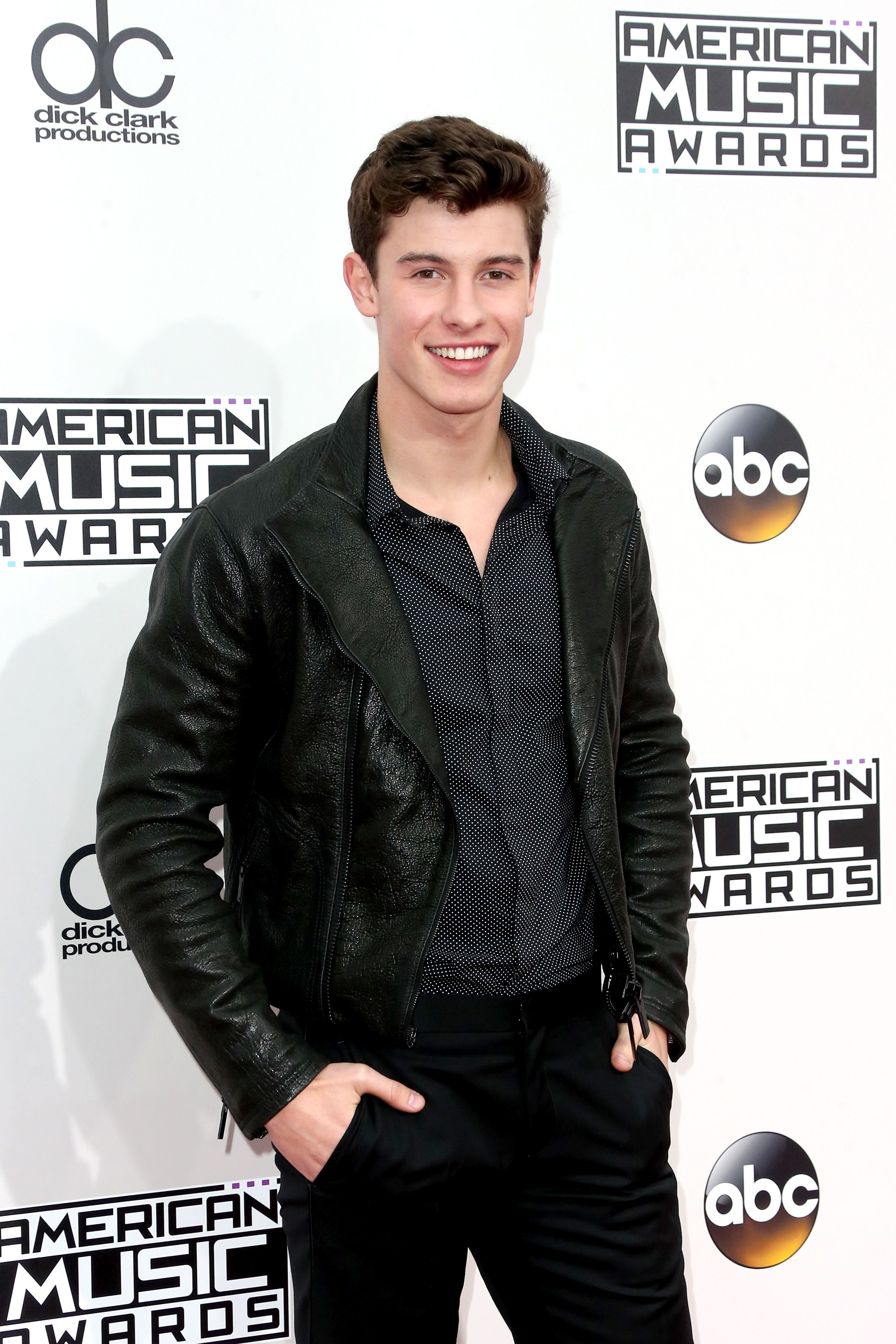 In Los Angeles last night, Shawn Mendes attended the 2016 American Music Awards wearing Emporio Armani. #ArmaniStars