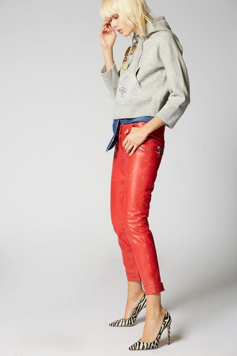 Abbinamenti vestiti, pantalone di colore rosso in pelle con felpa grigia