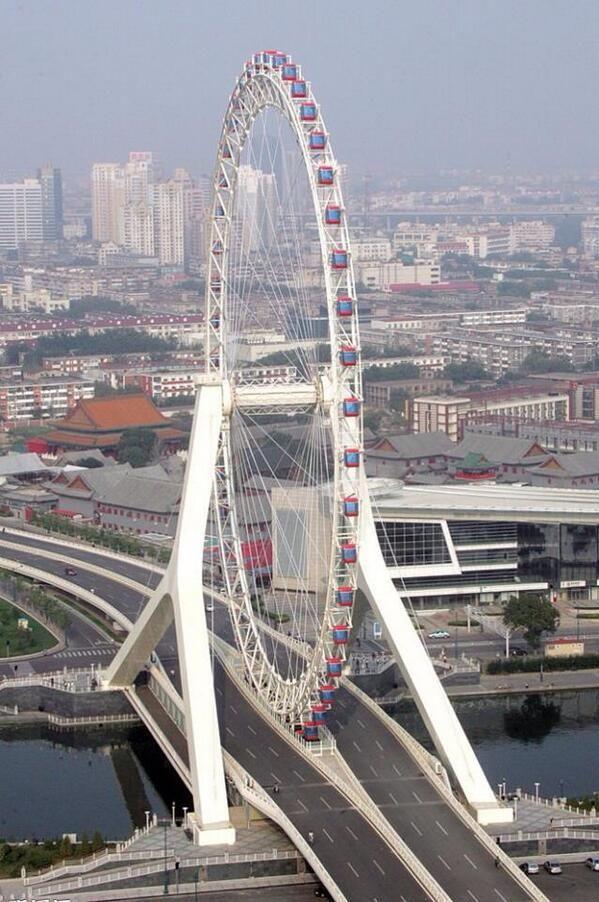 El Tianjin Eye es la única #noria-mirador construida sobre un puente. #Puente Yongle, río Hai, #China.  Vía Twitter @solestudiosing #Ingeniería