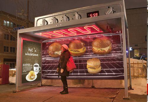 Sorprendente parada de autobus donde la publicidad forma parte de su entorno