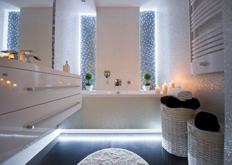 Badezimmer mit mosaikfliesen und led beleuchtung am boden badideen - Kreative badideen ...