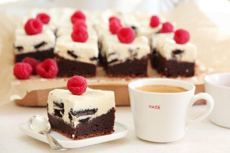 200 g hvit sjokolade, hakket 400 g Philadelphiaost (eller annen nøytral kremost) 3 dl kremfløte 100 g sukker 1 vaniljestang (frøene) eller 1 ts ekte vaniljesukker 2 gelatinplater