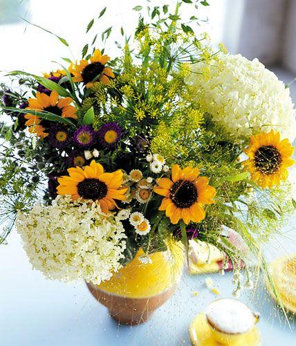 herbststrau aus sonnenblumen hortensien und gr sern. Black Bedroom Furniture Sets. Home Design Ideas