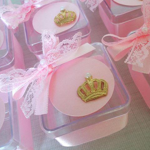 Caixinhas lindas personalizadas! 👑💖 #festacoroa #temacoroa #festaprincesa #temaprincesa #caixinhaspersonalizadas #personalizados #papelariapersonalizada #chádebebê 👑💖