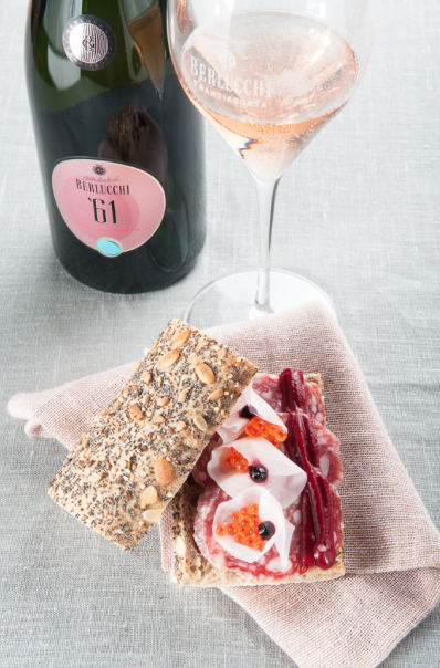 """A taste of #Berlucchimood: Franciacorta and food pairing: Try Franciacorta Rosé with pizza or a gourmet sandwich: their rich ingredients will be enhanced thanks to the bubbles and the structure of a classic method rosé. Food and wine pairing. PANINO ROSÉ61: farina multicereali """"Molino Pasini"""" maionese di barbabietola carpaccio di rapa bianca salame nero """"Peveri"""" composta di ribes nero uova di trota """"Trota oro"""""""