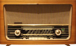1960 -luvulla radio näytti kotonamme tällaiselta. - Nettisivu: Erään kurkihirren alla: huhtikuu 2013