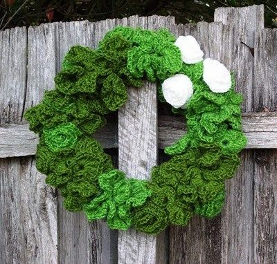 Christmas Crochet Wreath free crochet pattern - Free Crochet Christmas Wreath Patterns - The Lavender Chair